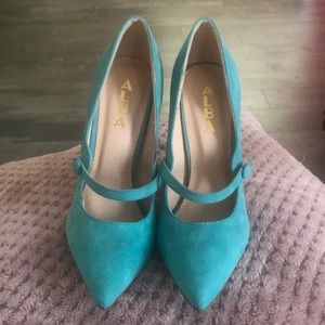 Beautiful tiffany blue heels!!
